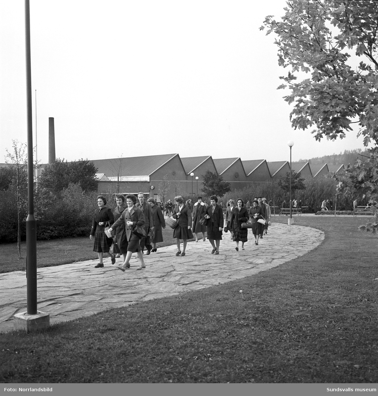 En grupp kvinnor är på hemväg efter arbetsdagens slut på Televerkstaden i Nacksta.