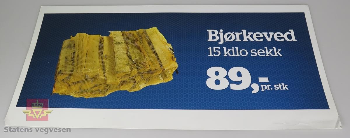 Fem ulike plakater av papp. De reklamerer for salg av hamburgere, ved, issmeltingsprodukter og Statoilkoppen hos Statoil.
