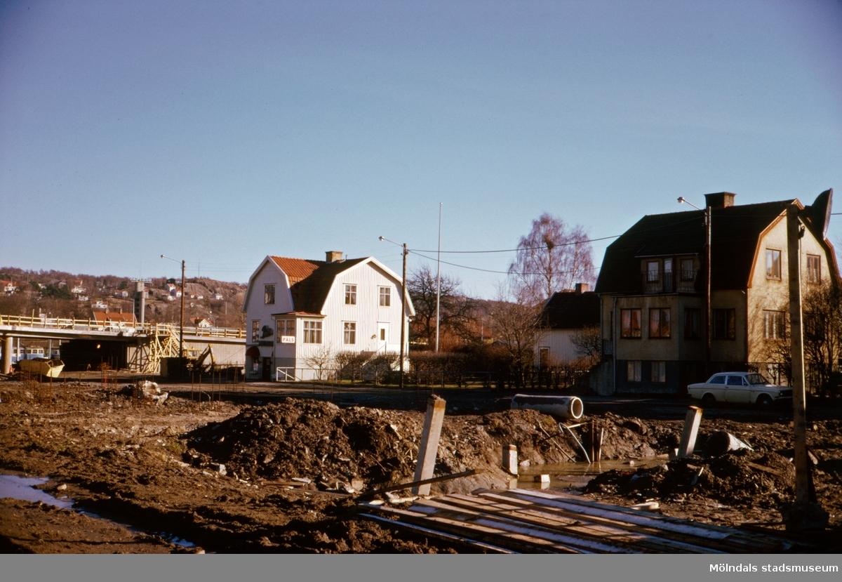 Byggnation av den nya Mölndals Bro, ca 1974-1975. Vidare ses bebyggelse vid Broslättsgatan.
