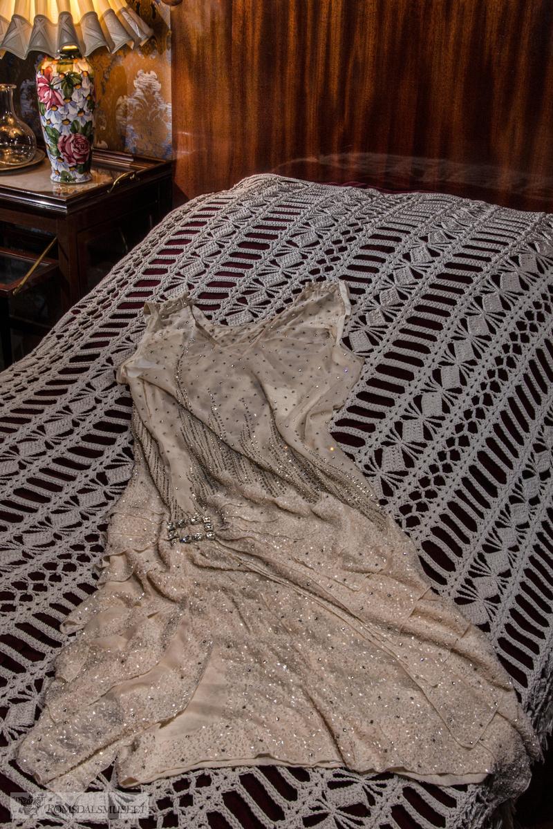 Fotografering av Laura Hanssen sine kjoler i Chateauet. .R.12405 .(Se Romsdalsmuseets årbok 2014)