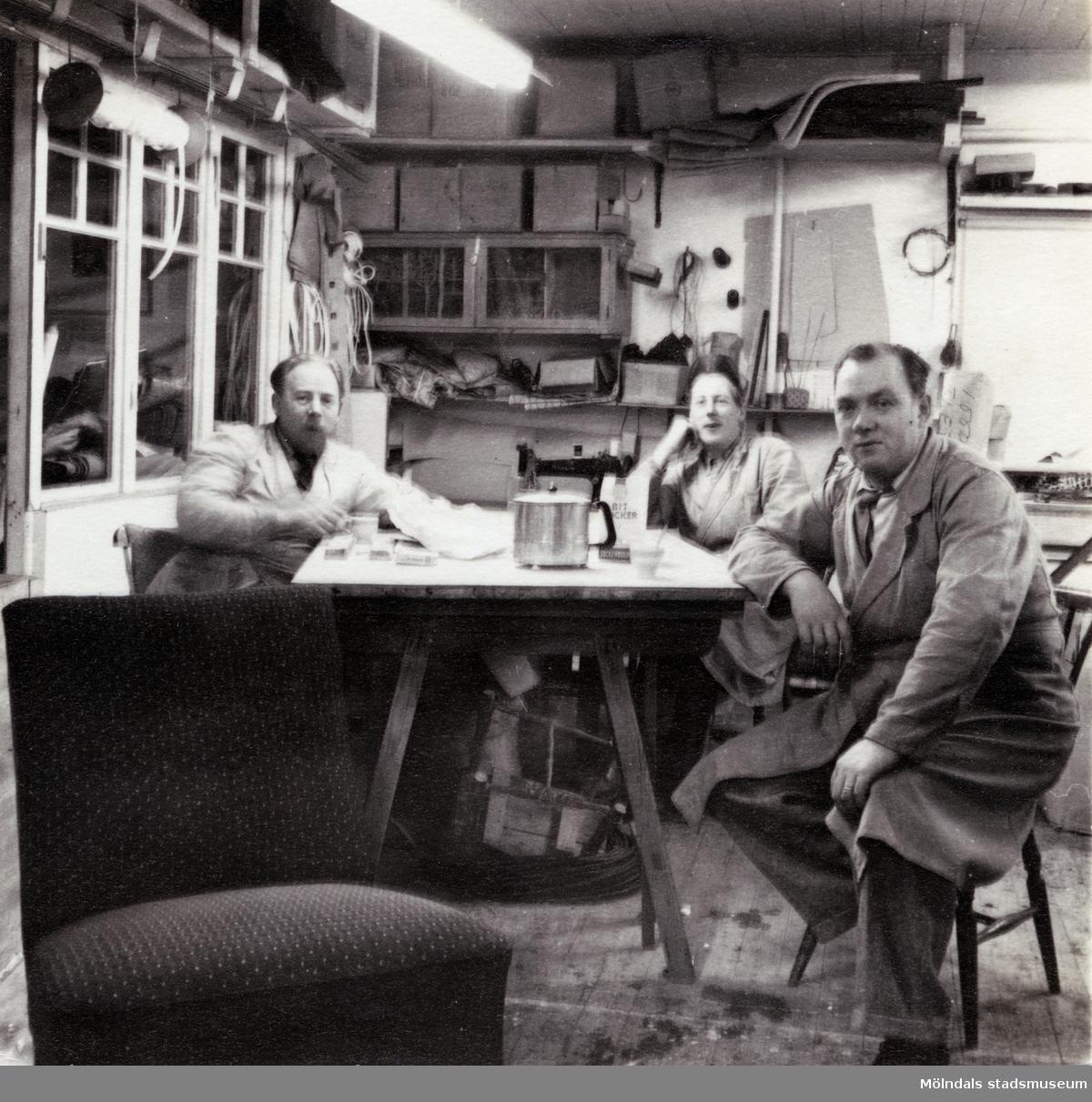 Kållereds Fåtöljindustri vid Torrekullavägen i Kållered. Bild från fikabordet, troligen från tiden mellan 1956-1962. Från vänster ses Olof Kristoffersson, Olof Johansson och Paul Kristoffersson.  Kållereds Fåtöljindustri (Kåfi) var aktivt från ca 1955-1983. Inledningsvis sittmöbler, men övervägande tillverkning av sängar från ca 1959. Ägare var bröderna Olof och Paul Kristoffersson. Verksamheten skedde i hörnet mellan Torrekullavägen och Kungsbackavägen, alldeles nära Mölndalsgränsen.