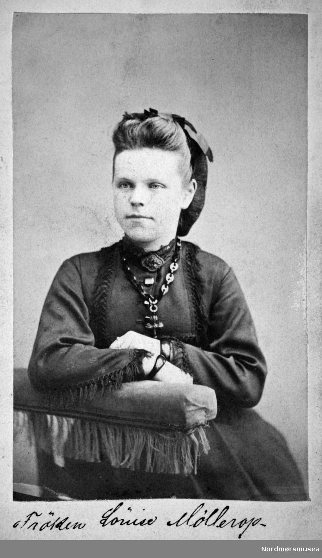 """""""Frøken Louise Møllerop"""" Elisabeth Louise Møllerop. Arkivskapere er Jeanette Møllerop (f. 1885) og byfogd August Benjamin Bjørn (f. 1853). Det er Ellen Sirnæs som har i 2018 donert fotografiene. Fra Nordmøre museums fotosamlinger."""
