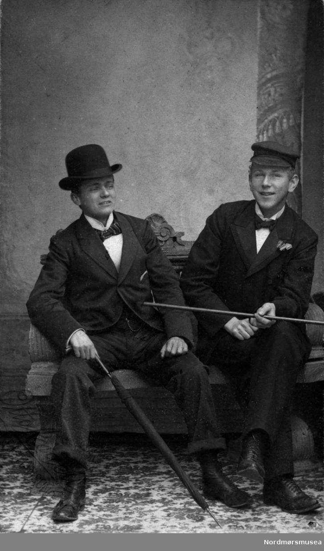 Foto av to unge menn. Trolig fra Bjørn- eller Mølleropfamilien. Arkivskapere er Jeanette Møllerop (f. 1885) og byfogd August Benjamin Bjørn (f. 1853). Det er Ellen Sirnæs som har i 2018 donert fotografiene. Fra Nordmøre museums fotosamlinger.