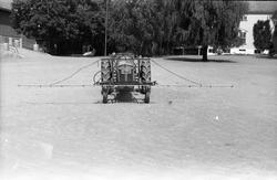 Traktor med påmontert sprøyteutstyr sommeren 1952. Serie på
