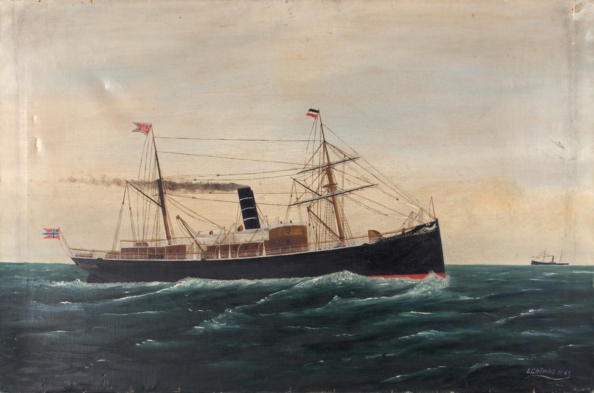 Skipsportrett av dampskipet NORDSTJERNEN på åpent hav. To master, seilrigg på første mast. Norsk postflagg med unionsmerke i akter.