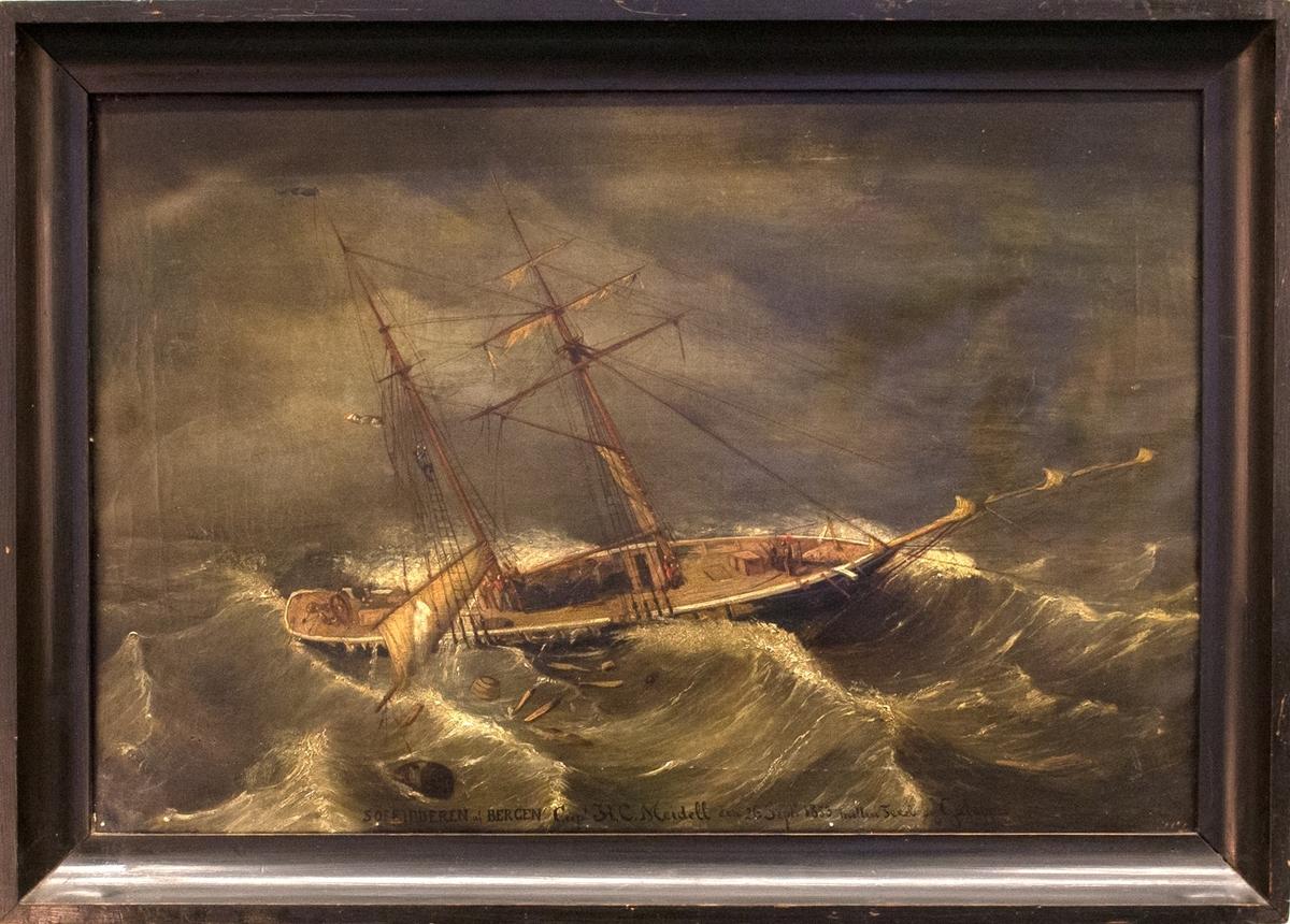 Skipsportrett av skonnert SØERIDDEREN i storm med ødelagte seil på opprørt hav. Ser tønner og vrakgods i sjøen samt mannskap på dekk og i riggen.