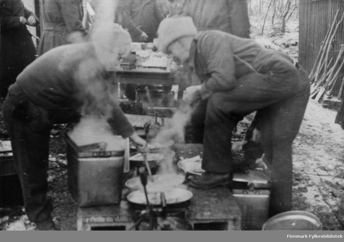 """""""På tampen av krigen 1944"""" står det skrevet bak på bildet. Russiske soldater koker mat på et militært feltkjøkken. Den første tiden når 2.Bergkompani kom til Finnmark i 1944 fikk de norske soldatene suppe og grovt russisk brød av russerne. Etter kort tid var imidlertid 2.Bergkompani alene i Finnmark, russerne stoppet ved Tana elv. Det var små rasjoner og spartanske forhold, forteller Arne Arnesen. """"Vi fant en komfyr...den var viktig, da all mat ble tilbredt i hver enkelt gruppe. Vi stekte lompe og kokte grøt av de samme ingrediensene: sammalt hvete. Ja, vi brukte også knust havre som vi fant, den var nok beregnet på de tyske hestene. Alt som het mat ble tatt godt vare på, for vi manglet de mest elementære ting, som brød, poteter, kjøtt osv. Rasjonene var små, og det var meget vanskelig å stå for utdelingen av det vesle vi hadde....Arnensen avslutter med: Men jeg har aldri likt grøt etter den vinteren.""""  Bildeserien """"Frigjøringen av Finnmark 1944-45"""" viser et unikt materiale fotografert av soldater i Den Norske Brigade, 2. Bergkompani under deres oppdrag """"Frigjøringen av Finnmark"""" som kom i stand under dekknavn """"Øvelse Crofter"""". Fakta rundt dette bildematerialet illustrerer iflg. vår informant, George Bratli: """"2.Bergkompani, tilhørende Den Norske Brigade i Skottland,  reiste fra Skottland 30. oktober 1944 med krysseren «Berwick» til Scapa Flow på Orkenøyene for å slutte seg til en større konvoi som skulle være med til Norge. Om bord på andre skip var det mange russiske krigsfanger som hadde vært på tysk side og som nå ble sendt hjem.  2.Bergkompani forlot havn 1.november 1944 og kom til Murmansk, Sovjetunionen, 6. november 1944.  De ble her lastet om og fraktet til Petsamo, Sovjetunionen, hvor de ankommer 11.november 1944.  Kompaniet reiser så til Sandnes utenfor Kirkenes og blir forlagt der frem til 26.november 1944. De flytter så videre til Skipparggura.  Den 29.november reiser deler an kompaniet til Rustefielbma og Smalfjord og noen drar opp på Ifjordfjellet.   17"""