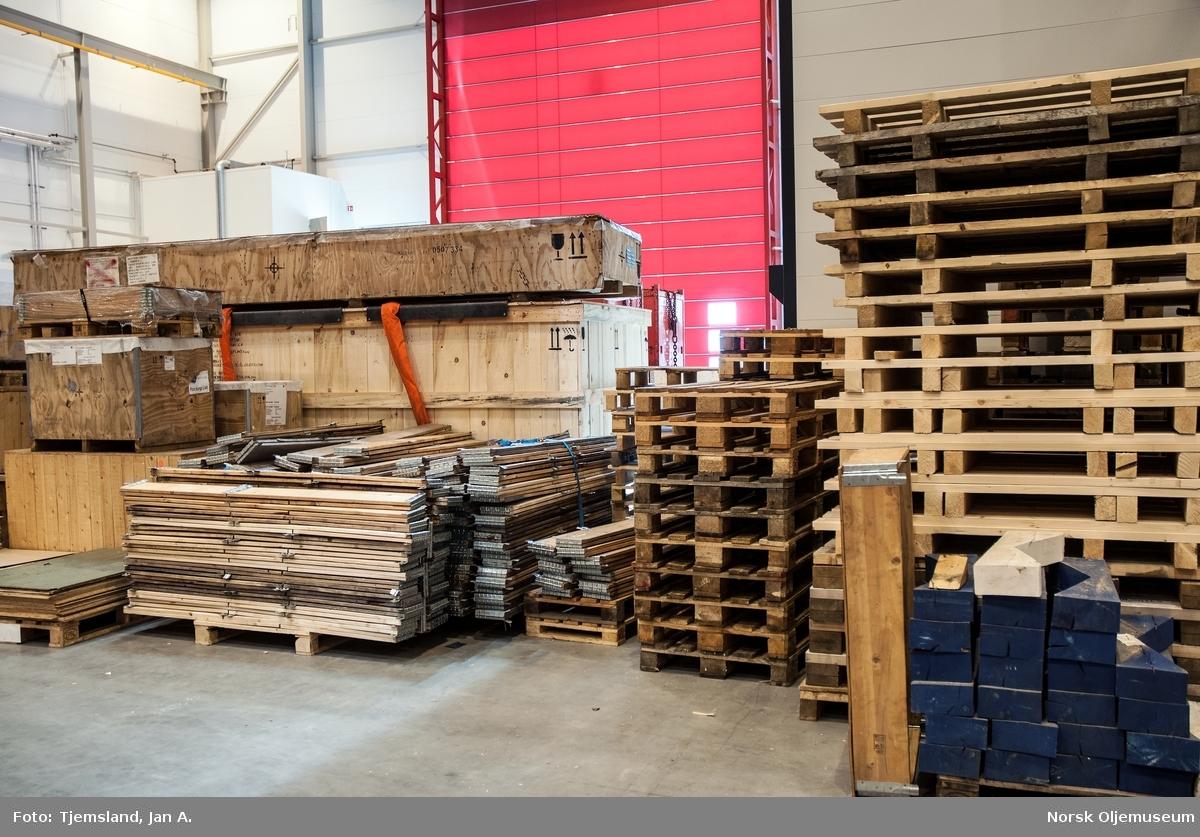 Shells lagerbygg på Vestbase i Kristiansund inneholder mye forskjellig utstyr til bruk både over og under vann. Ryddig og oversiktlig er stikkord for bygget.  Paller har sin egen plassering