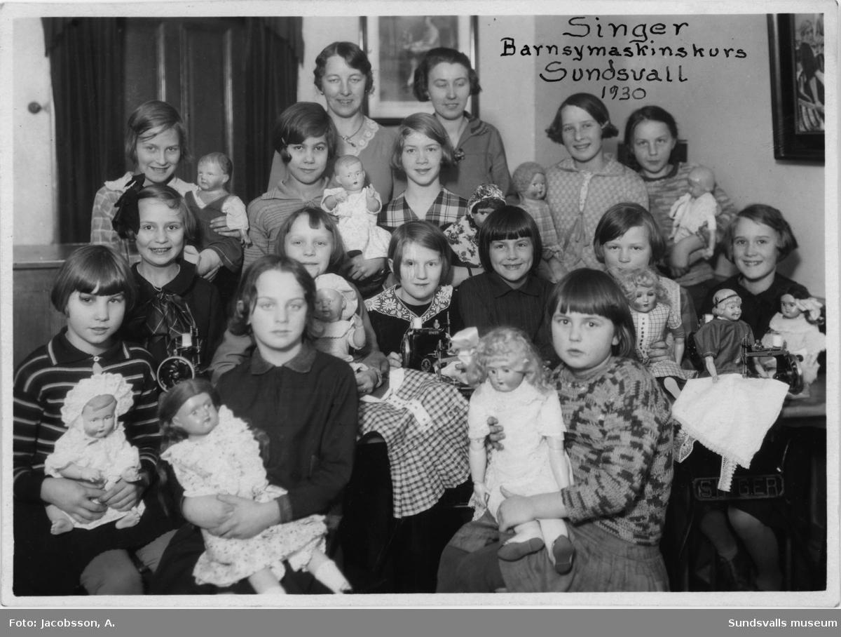Barnsykurs 1937. Singer Symaskiner, Storgatan 26, Sundsvall.