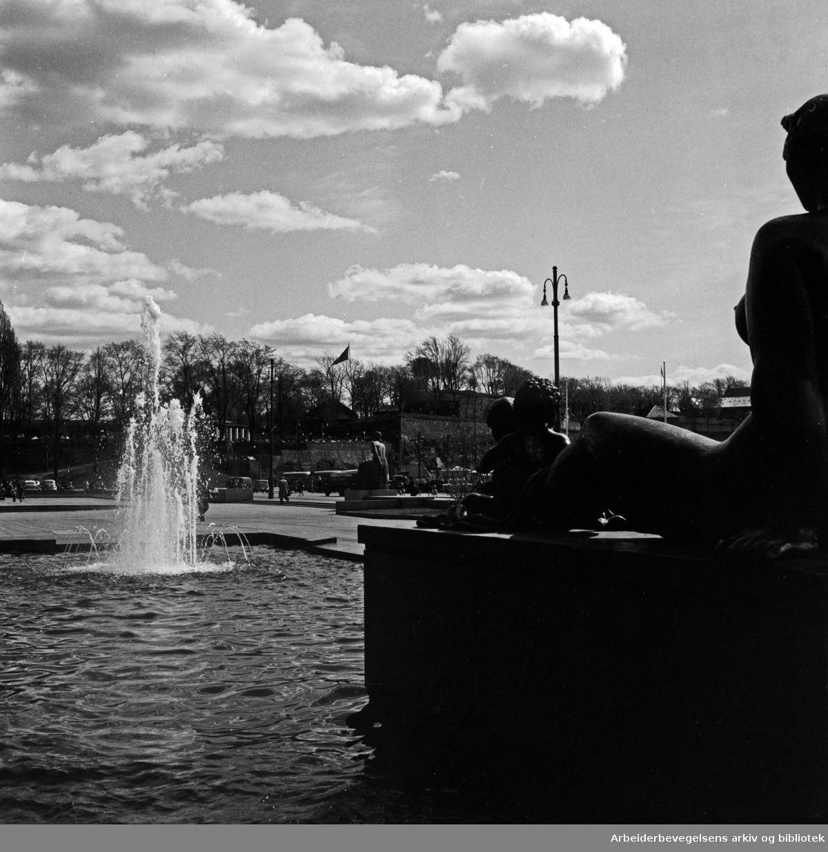 Rådhusplassen. Bassenget. Per Hurums bronseskulptur.Mai 1956