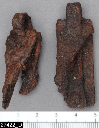 Anmärkningar: Badelunda sn, Tuna undersökt 1952-1953 Betselutrustning, från brandgrav daterad till yngre järnålder ca 1000 e.Kr. (Vikingatid).  Hängen, av järn från grav 2. 2 st triangulära med rektangulära fästeplattor, som i ena änden fortsätter som ett smalt, omböjt band, trätt genom hängets bas och fastnitat vid fästeplåtens andra ände. Hängena har tillhört en betselutrustning. Hängenas L 39 mm Fästeplattornas L 53 mm.  Litteratur: Nylén, E. & Schönbäck, B. 1994. Tuna i Badelunda. Guld kvinnor båtar I. Västerås kulturnämnds skriftserie 27. Västerås. s 99 ff Nylén, E. & Schönbäck, B. 1994. Tuna i Badelunda. Guld kvinnor båtar II. Västerås kulturnämnds skriftserie 30. Västerås. s 10 ff, 199  Fotograferade teckningar Neg nr A-7389