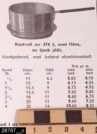 """Anmärkningar: Kastrull, 1930/40-tal.  Rund kastrull med ett ebonitisolerat handtag och fläns. Till höger om handtaget finns stämplar i form av en krona samt texten  """"SKULTUNA 1607 1 1/2L"""" (bild 28787__b). Undertill finns en lapp, bl.a. med texten """"SKULTUNAVARA KVALITETSVARA"""". Kastrullen är avbildad i kataloger från Skultuna från 1930-40-talen. I en katalog från 1943 framgår det att kastrullen kostade 4,95 kronor (bild 28787__c). H:120 D:165 Br:315 (avser måttet diameter samt handtagets mått)  Tillstånd: Nyskick.  Historik: Gåva från SAPA AB, Division Service, 2002. Föremålet stod i ett skyddsrum på bruksområdet i Skultuna."""