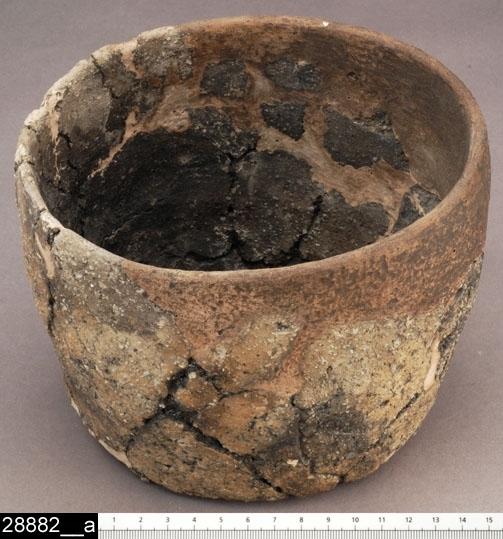 Anmärkningar: Badelunda sn, Tuna undersökt 1952-1953 Kärl, från båtgrav daterad till yngre järnålder, ca 850 e.Kr. (Vikingatid).  Kärl av keramik från grav 75. 1 st av gulbrunt, grovt gods. Rak sida, som vidgar sig något mot mynningen. Stod på båtens babordssida, strax söder om och delvis under näverasken (invnr. 28106) och träfatet. H 130 mm Diam mynning 170 mm, botten 140 mm. Utsälld i Forntidsutställning 2015-05  Litteratur Nylén, E. & Schönbäck, B. 1994. Tuna i Badelunda. Guld kvinnor båtar I. Västerås kulturnämnds skriftserie 27. Västerås. s 44ff. Nylén, E. & Schönbäck, B. 1994. Tuna i Badelunda. Guld kvinnor båtar II. Västerås kulturnämnds skriftserie 30. Västerås. s 112 ff, 150ff, 200.