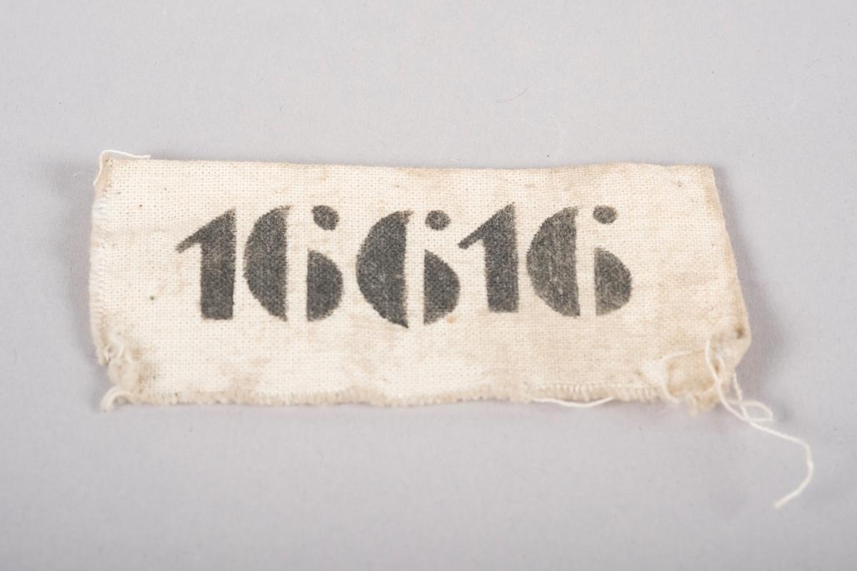 Merkelapp i naturhvitt lerretsstoff med nummeret 16616 trykket på med sort blekk. Fangnummer 16616 viser til Bjørn Harder som satt på Grini fra 1944 til 1945.
