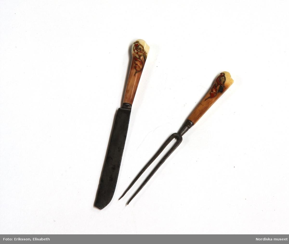 """Huvudliggaren: """"a-r Kvinnodräkt. a. kjol, b. förkläde, c. kappa, d. tröja, e. överdel f.1 - f.4 huvudbonad, (4 delar), g. bälte, h. kjolsäck, i. handskar, j: silkesduk, k. bokkläde, l. psalmbok, m.1- m.2 Bältehängen med silversked och skedpåse, n. nåletui, o.1 kniv, o.2 gaffel, o.3 slida av saffian, p. lit. påse, q. kedjekniv, r. ring.  Ink. 13/7 1903 [från] Eriksson, Erik, herr, Kåsta, Vingåker jämte 95.162 [...]. [Brukningsort:] Södermanland Oppunda hd Vingåker sn.""""  b. Högtidsförkläde längd 96 cm, vådbredd 80 cm. Av grön rask, nedtill kant och skoning av svart kläde, upptill 3 cm bred linning av svart kläde. Nederkanten broderad med en vågrad i kedjesöm med gult silke, ovanför denna en staket-och 6 stjälksömsrader i omväxlande gult och rosa silke samt e rader band av ylle och silke i lila, rött o gult. Linningen broderad med tre rader flätsöm i lila och gult. På sidor om linningen 6 cm fria ändar. Knytband av mönstrat bomullsband.  f: 1-4 Huvudbonad """"Huckel"""" f:1 Sydd stomme av halmflätor med stödande träpinne i kullen. f:2 Fyrkantigt tygstycke av bomullslärft, svept kring stommen. f:3 Mössa av rött kläde broderat med gult, brunt och grönt silke i tambursöm. f:4 Kvadratiskt kläde av vit bomullslärft, vikt i tresnibb, stärkt och goffrerat  g. Bälte, längd 69 cm utan spänne, bredd 7,5 cm. Av styvt skinn överklätt med rött ylletyg och besatt med 14 kupiga silverbucklor med punsad dekor, kraftigt spänne av samma typ med hake och ögla. På spännet flera stämplar bl.a 3 kronor, I P samt C. /Berit Eldvik 2007-02-20"""