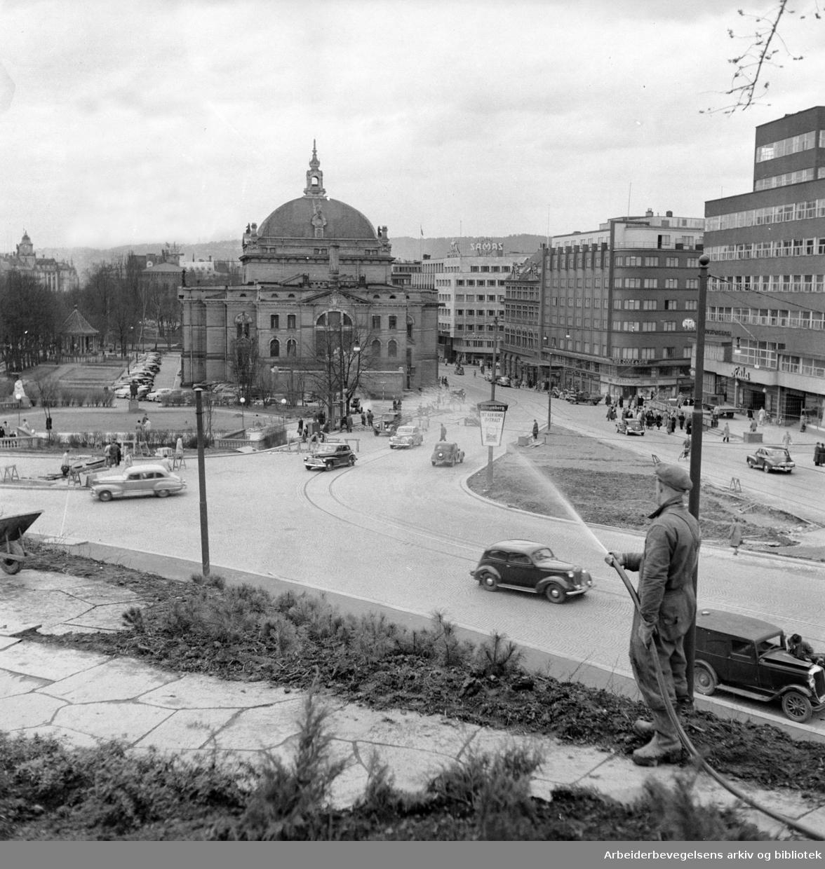 Nasjonaltheatret sett fra Abelhaugen. April 1950