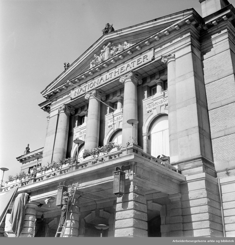 Nasjonaltheatret pusses opp. Juli 1963