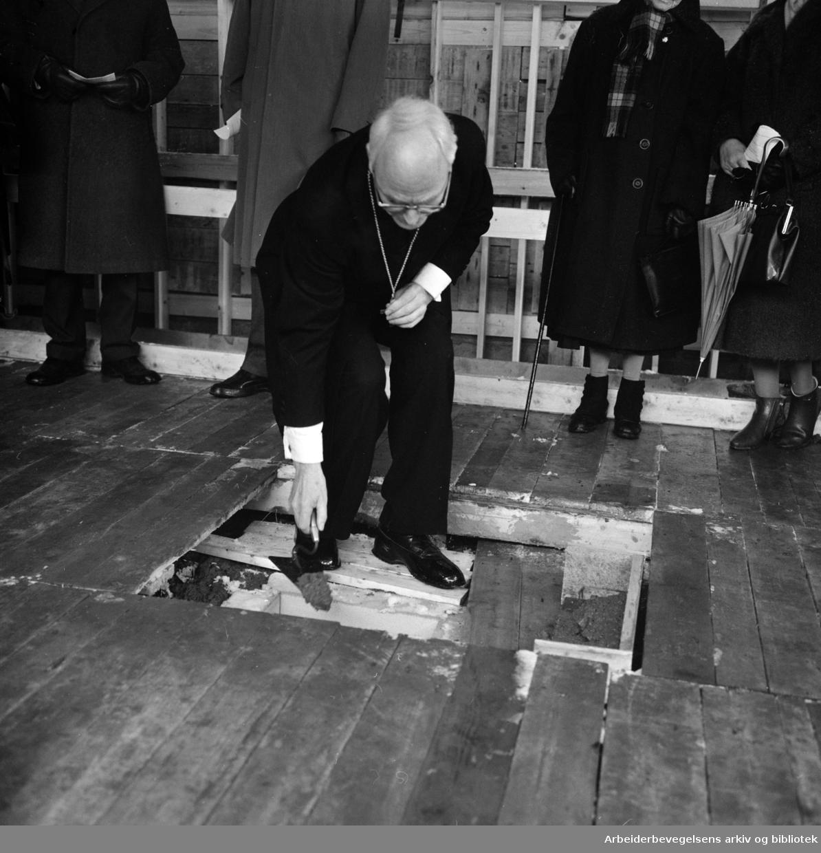 Maridalsveien. Sosialbygg for kvinner. Nedleggelse av grunnsten ved biskop Smemo. April 1963