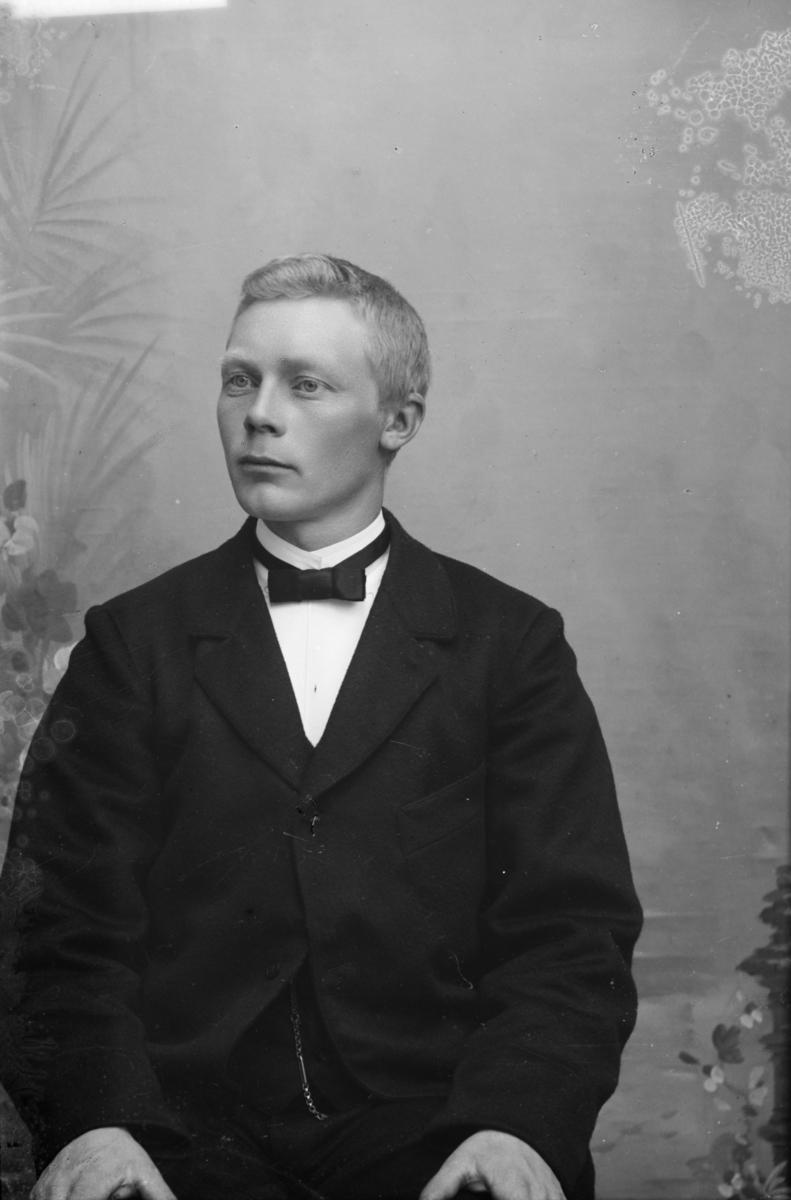 Portrett av Anton O. Jevne,  f 1873, landhandler i Nord-Fron.