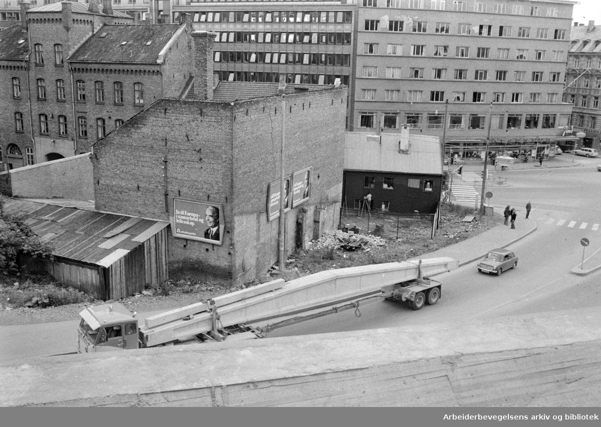 Kampen. Gamle gårder. Bildetekst: Oslo skal friskes opp med pensler og farger. Grønlandsleiret 30. Juni 1972