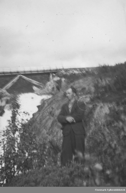 Ved Adamsfoss 1949. Familiealbum tilhørende familien Klemetsen. Utlånt av Trygve Klemetsen. Periode: 1930-1960.