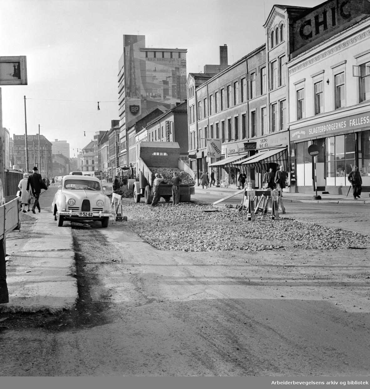 Grønlandsleiret. Fjerning av trikkeskinner og asfaltering..Oktober 1962