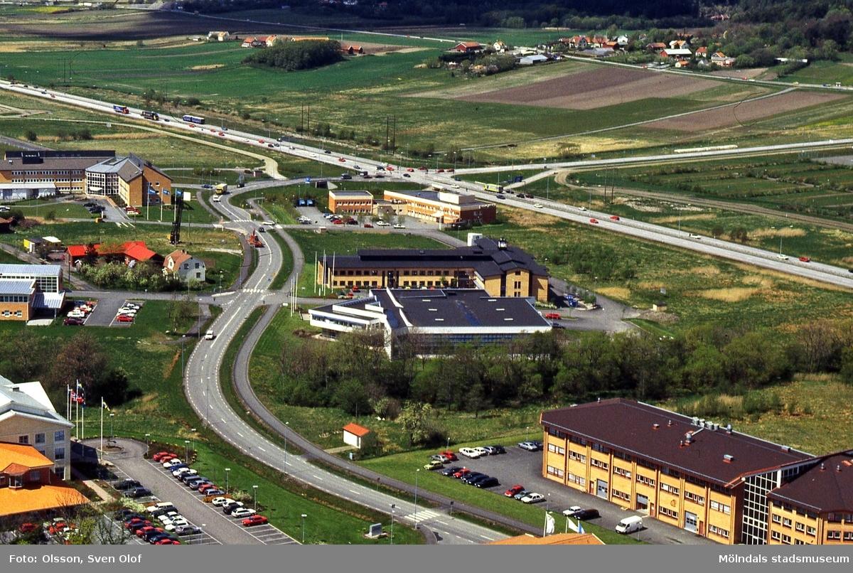 Vy från Riskullaverkets skorsten mot del av Fässbergsdalen, Mölndal, i maj 1995. FD 7:36.