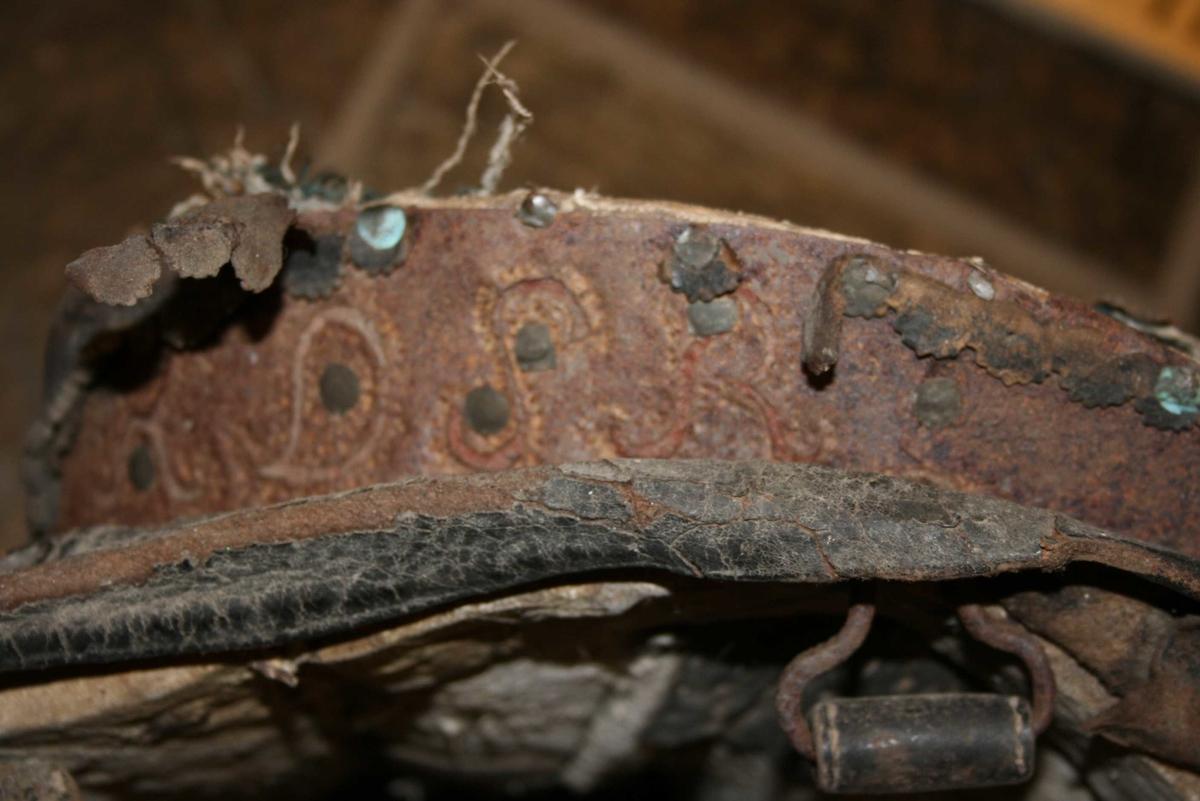 Polstra treramme, forma til å passe til hesteryggen, trekt med  ler.
