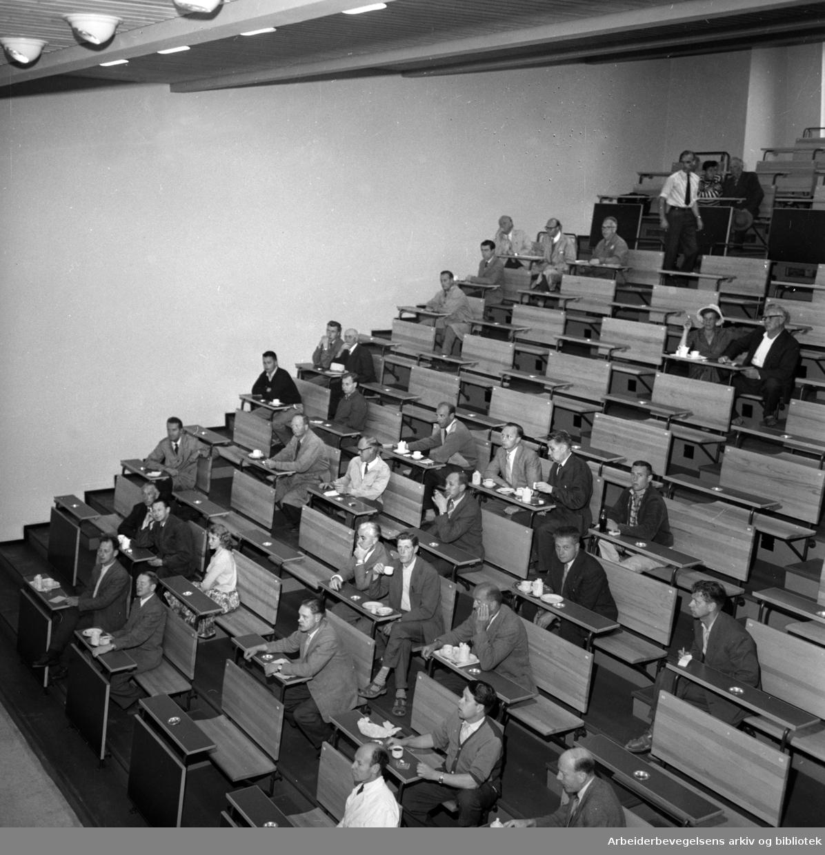 Gartnerhallen på Økern. Den nye på Økerntorget. Auksjonshallen. Interiører. Juli 1960