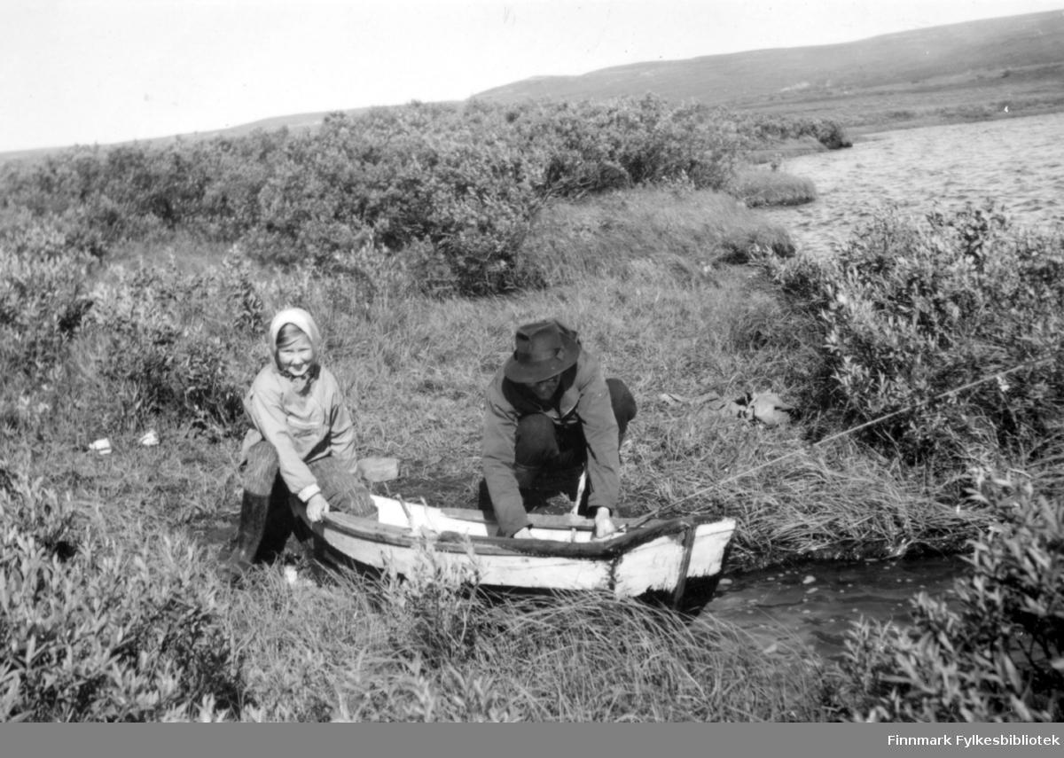 Ved Jolmavann. Solveig og Richard Klemetsen med robåt i vannkanten. Familiealbum tilhørende familien Klemetsen. Utlånt av Trygve Klemetsen. Periode: 1930-1960.