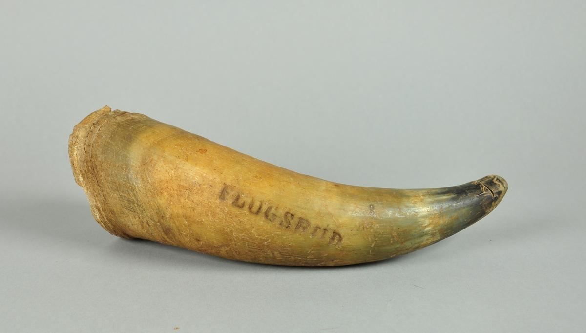 Horn fra ku/okse med inngravert navn på gården.