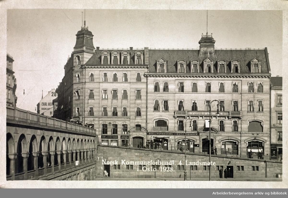 Norsk Kommuneforbunds 4 landsmøte i Oslo 1928..Fotografisk postkort med med motiv fra Youngstorget og Folkets Hus.