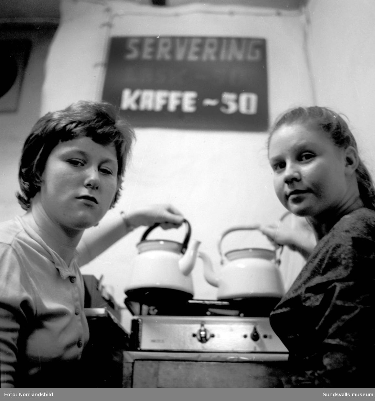Medelpads distrikt av Ungdomsringen (senare Folkdansringen) i ny lokal. Två flickor i kaffeserveringen.