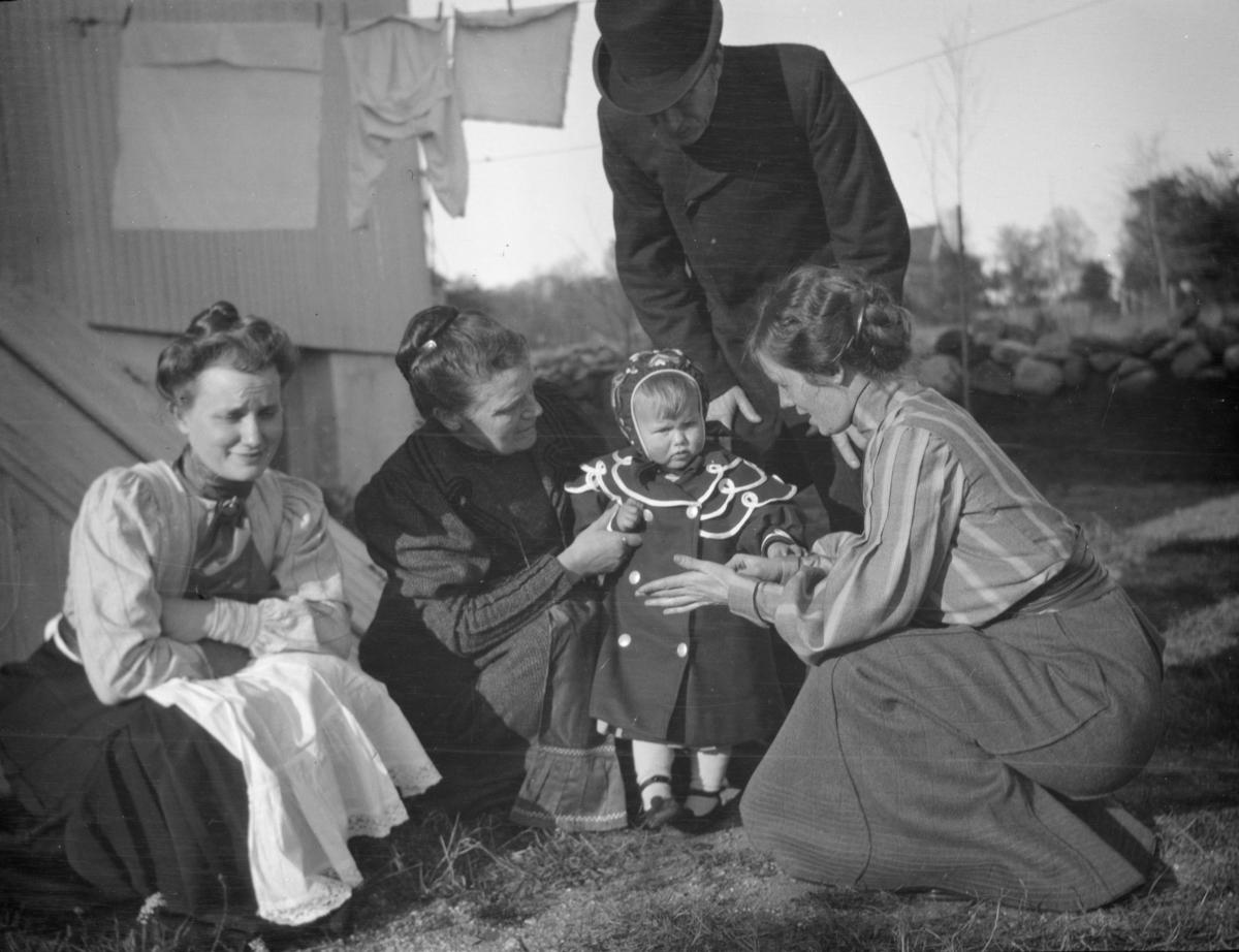 Tre kvinner og ett-åringen Ingerid Jorde