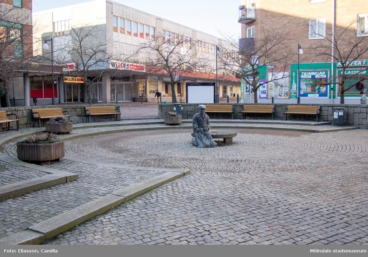 Mölndals torg, år 2015. Bild 1: statyn Albert där Brogatan går västerut. Bild 2: mot söder. I bakgrunden ses Brogatan och fastigheten Havskatten 17 (Brogatan/Mölndals torg). Bild 3: troligtvis för lek. Dokumentation av platsen innan rivning och nybyggnation.