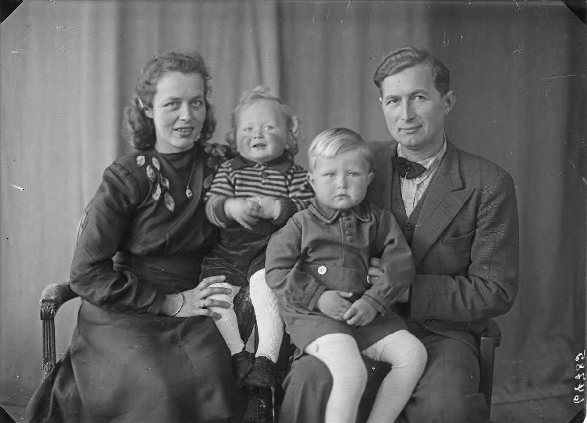 Gruppebilde. Familiegruppe på fire. Ung mann, ung kvinne, gutt og ung pike. Bestilt av Nils Emberland. Solvang