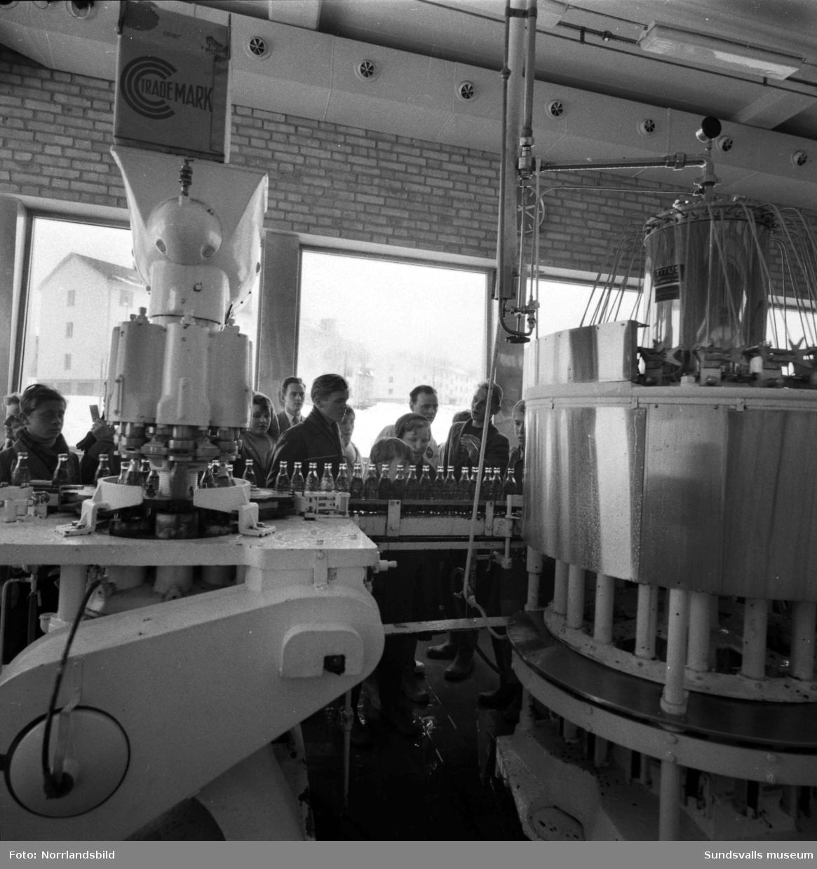 En skolklass är på studiebesök vid Coca-Cola-fabriken i Nacksta.