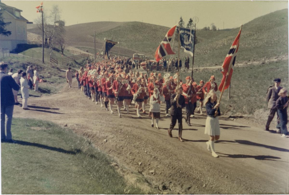 17. maitog utenfor Solheimsfeltet i Olstadalen på vei mot kirken. 1973.