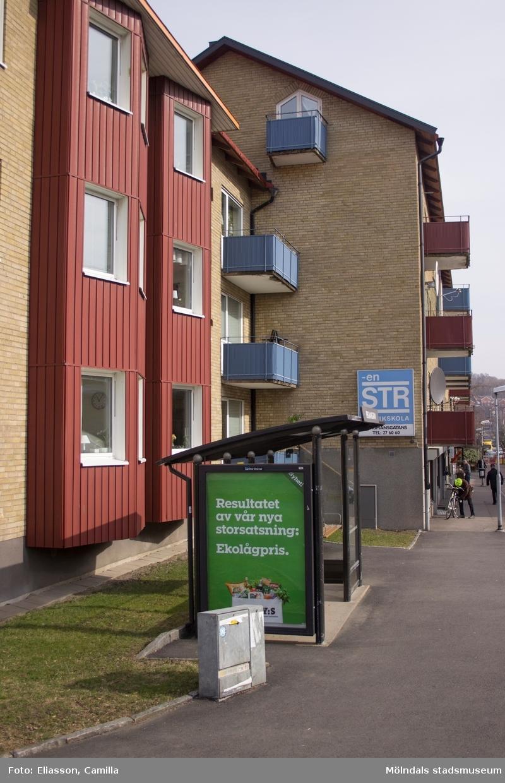 Bergmansgatan västerut, år 2015. Bild 1: fastigheten Gråsejen 6 (1), Bergmansgatan. Hörnet mot Storgatan samt en busskur. Bild 2-4: till vänster Gråsejen 6 (1), till höger Hajen 2. Bild 5: Bergmansgatan 22-20. Bild 6: Mölndals Låsservice på Bergmansgatan 22. Bild 7: Café Kaffebubblan på Bergmansgatan 18. Dokumentation av platsen innan rivning och nybyggnation.