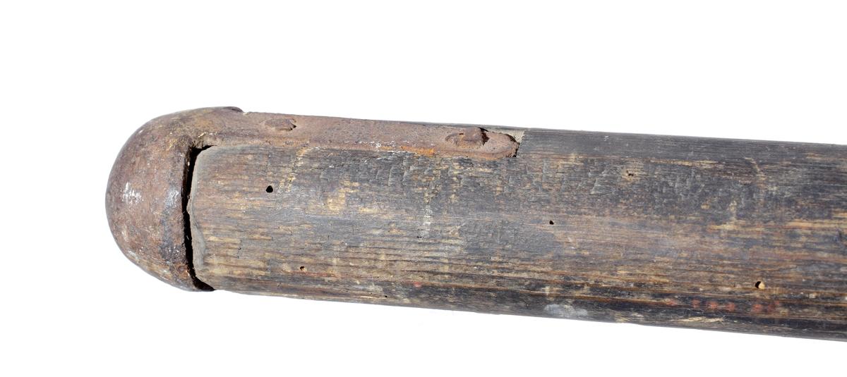 Hillebard i smidesjärn med svängt yxblad och lång fyrkantig, spetsig stötklinga. Den spetsiga haken sitter vinkelrät mot stötklingan. Skaftet av trä är fastsatt med en konisk holk från vilken två skaftskenor utgår 855mm. långa. Mitt på stången sitter en bärring i järn. Skaftändan är försedd med en rundad järnsko. Inskriven i huvudkatalogen 1891.