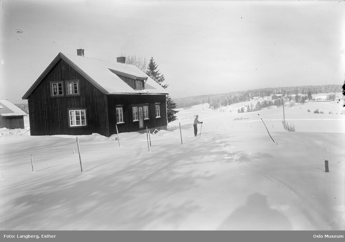 Sutterhol gård, bolighus, kulturlandskap, snø, mann, skiløper