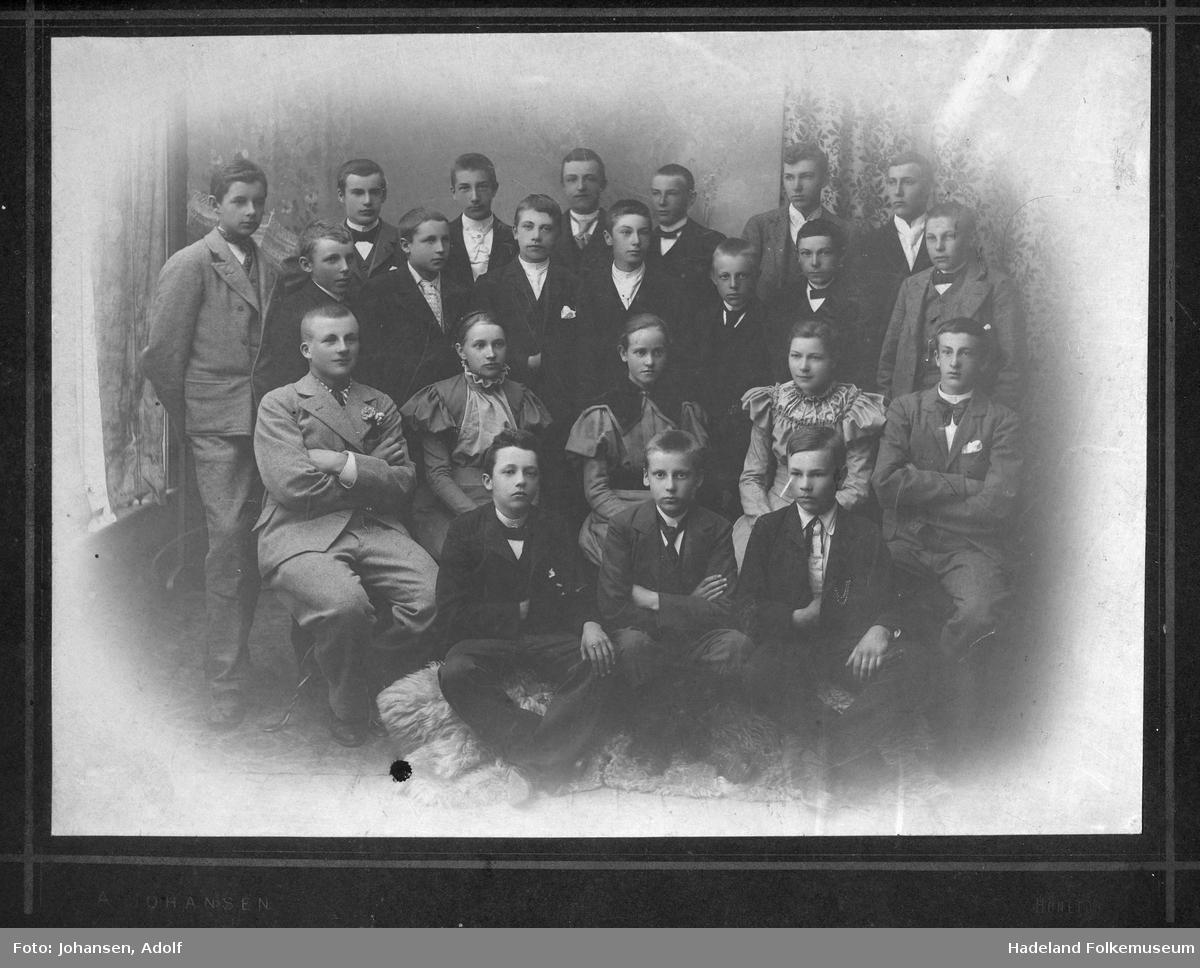 En gruppe ungdommer avbildet i et fotoatelier.