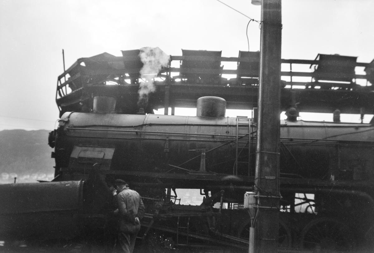 Damplokomotiv type 31b nr. 453 ved kullingsanlegget på Bergen stasjon.