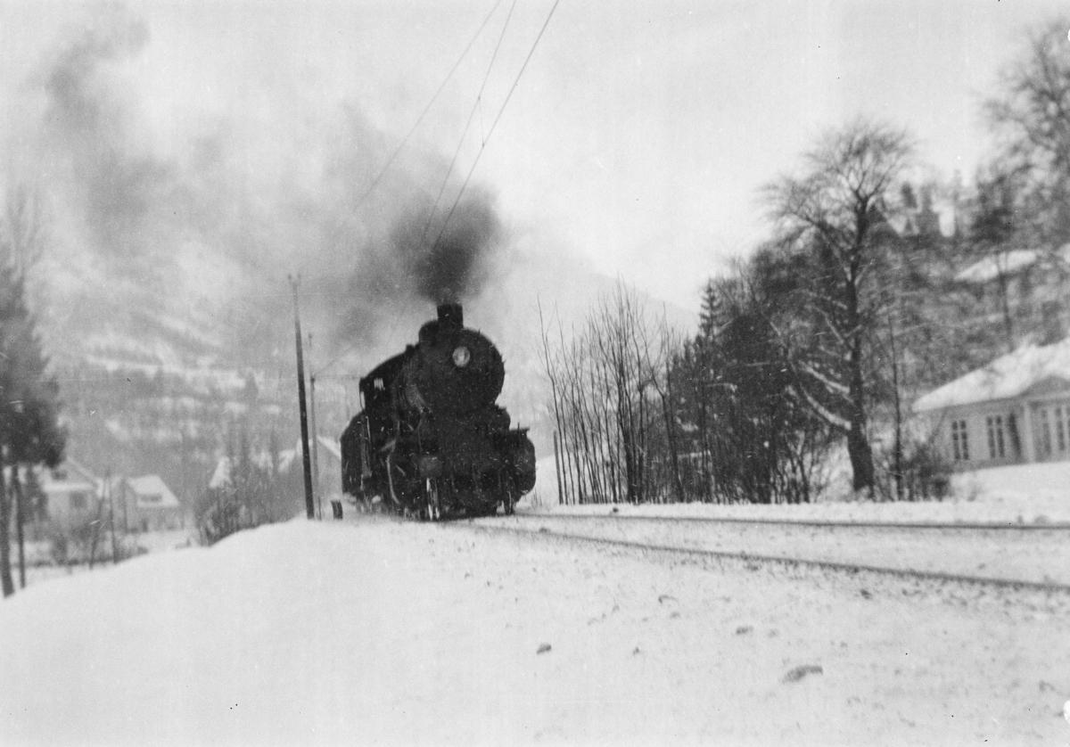 Damplokomotiv type 33a nr. 300 med kipptog (godstog) ved Fjøsanger.
