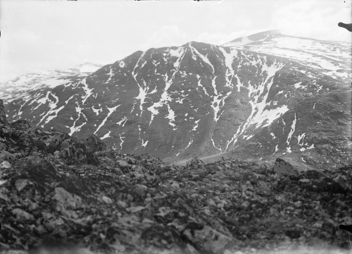 Fjellandskap, bilde tatt fra en fjelltopp mot en annen. Antatt i Jotunheimen