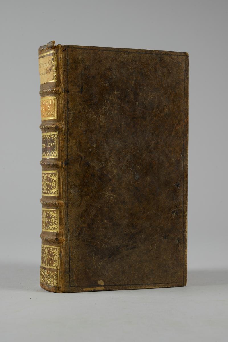 """Bok, helfranskt band """"Histoire des deux triumvirats"""" del 4, tryckt i Amsterdam 1720. Skinnband med blindpressad och guldornerad rygg i fem upphöjda bind, titelfält med blindpressad titel, fält med volymens nummer och påklistrad pappersetikett. Med rödstänkt snitt och marmorerat papper på pärmarnas insidor."""