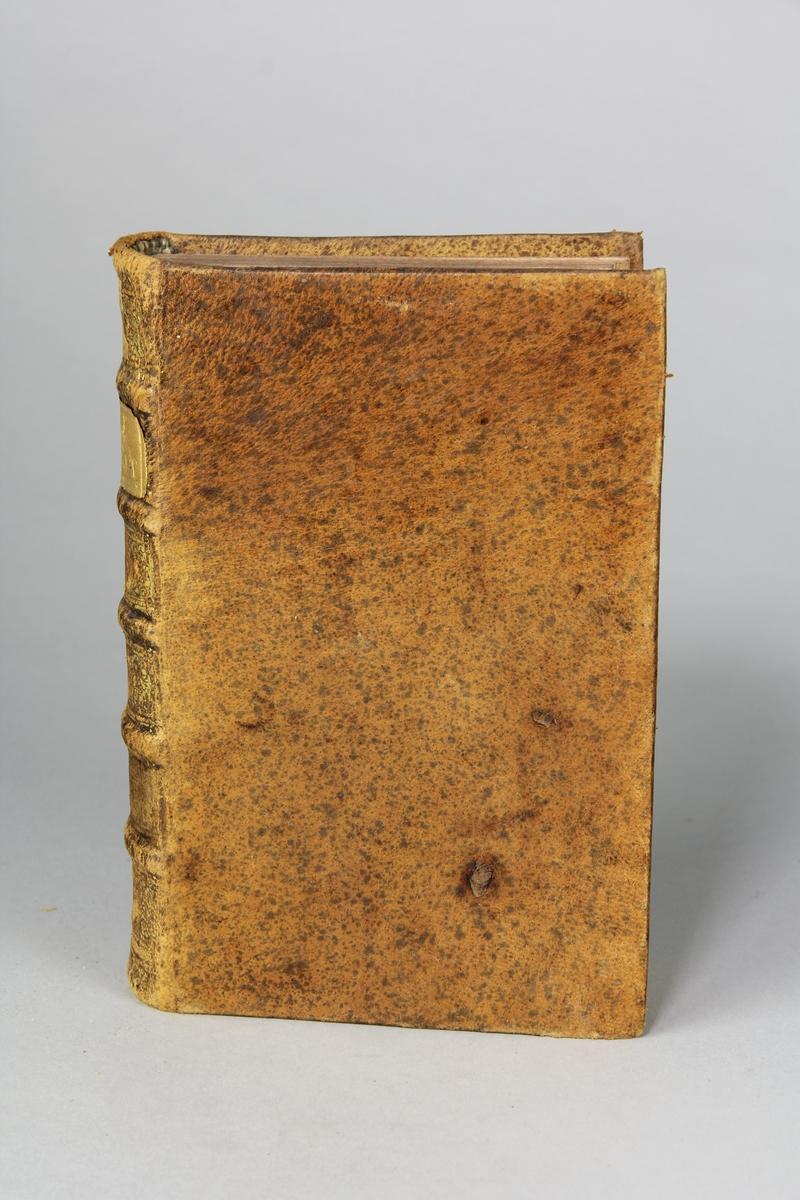 """Bok, helfranskt band """"La clef du cabinet des princes de l´Europe"""", del 54, tryckt i Luxemburg 1731. Skinnband med blindpressad och guldornerad rygg i fem upphöjda bind, titelfält med blindpressad titel,  fält med volymens nummer (svårläst), fält med ägarens initialer samt påklistrad pappersetikett. Med rödstänkt snitt."""