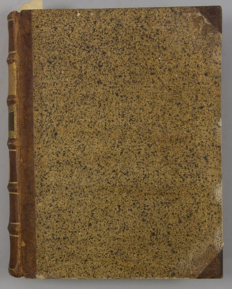 """Bok, halvfranskt band """"Le grand vocabulaire francois ... par une société de gens de lettres"""", del 2, utgiven i Paris 1767.  Band med pärmar av papp med påklistrat stänkt papper, hörn och rygg av skinn med fem upphöjda bind med guldpräglad dekor, titelfält med blindpressad titel och ett mörkare fält med volymens nummer. Med stänkt snitt. Påklistrad etikett märkt med bläck """"No 2."""""""