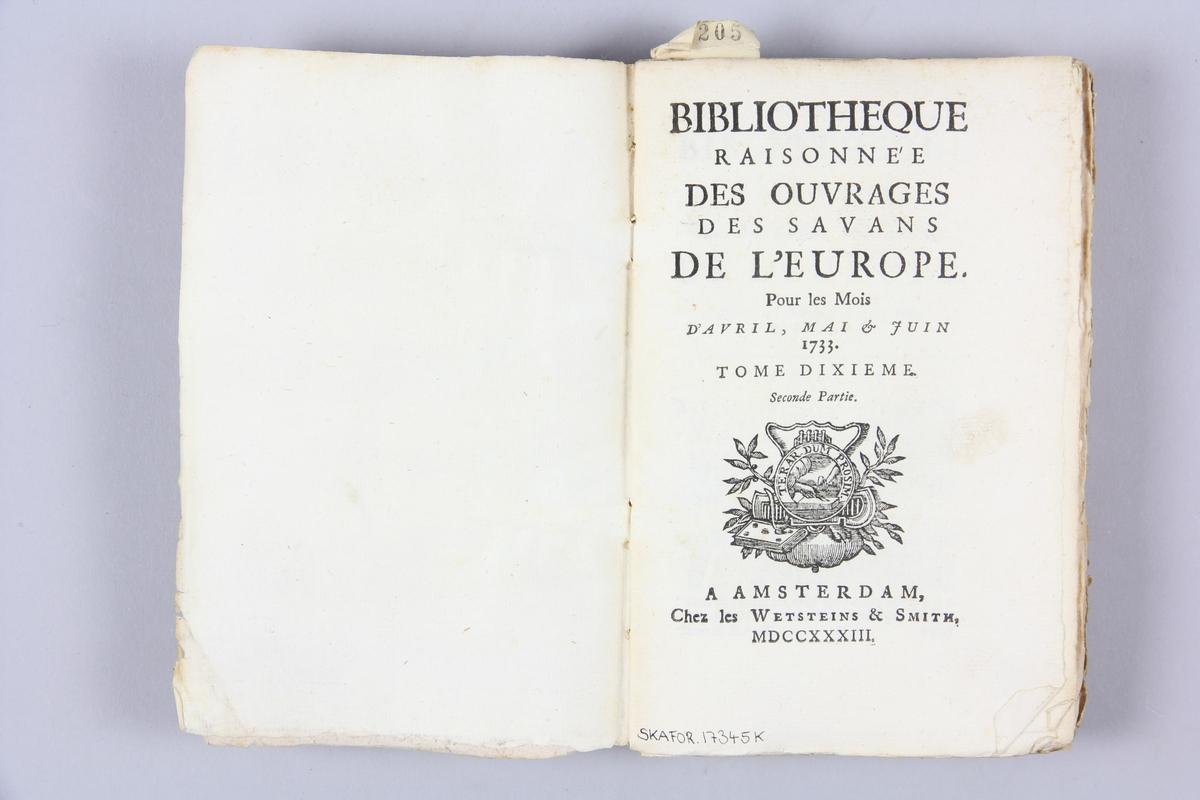 """Bok, häftad """"Biblioteque raisonée des ouvrages des savans de l´Europe"""",  del 10:2, tryckt 1733 i Amsterdam. Pärmar av marmorerat papper, blekt rygg med påklistrade etiketter med samlingsnummer. Oskuret snitt, ej uppskuren."""