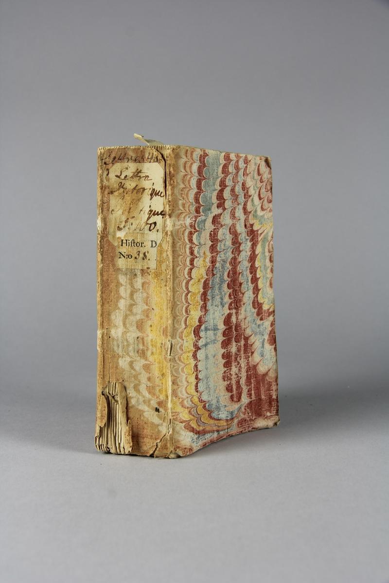 """Bok, häftad """"Lettre historique et politique"""",  del 100, tryckt 1736 i Amsterdam. Pärmar av marmorerat papper, blekt rygg med påklistrade etiketter med titel och samlingsnummer. Oskuret snitt. Anteckning om inköp."""